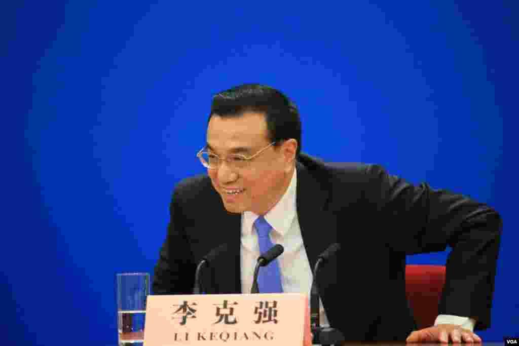 """中国国务院总理李克强在记者会上表示,中国将以""""壮士断腕""""的决心继续改革。(美国之音东方拍摄)"""