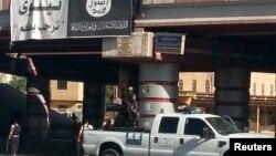 Ele geçirdikleri Musul'da devriye gezen silahlı bir IŞİD aracı