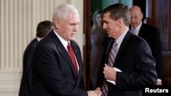 Wapres AS Mike Pence (kiri) berjabat tangan dengan Michael Flynn di Washington DC (foto: dok).