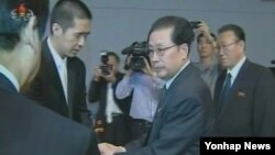지난 7일 북한 평양에 마련된 문선명 통일교 총재 분향소를 찾은 장성택 국방위 부위원장(가운데)과 김양건 노동당 통일전선부장(오른쪽).