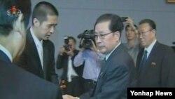 지난 2012년 북한 평양에 마련된 문선명 통일교 총재 분향소를 찾은 장성택 국방위 부위원장(가운데)과 김양건 노동당 통일전선부장(오른쪽).