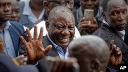 Président Cyril Ramaphosa apesi mbote na balandi baye nsima na maponami na Hitekani Primary School, na Soweto, Johannesburg, Afrika ya Ngele, le 8 mai 2019.