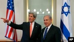 Menlu AS John Kerry dan PM Israel Benjamin Netanyahu di Yerusalem (23/5). Perang saudara di Suriah diakui keduanya membawa tantangan pada keamanan Israel.