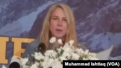کے ٹو سر کرنے کے لیے روانگی سے قبل اسلام آباد میں نیوز کانفرنس کرتے ہوئے
