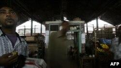 Wafanyabiashara na wateja wako katika soko maarufu la Macknon mjini Mombasa. (Picha ya AFP)