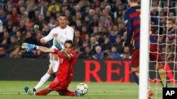 Cristiano Ronaldo marque le deuxième but du Real Madrid battant le gardien de Barcelone Claudio Bravo lors d'un match de football de La Liga espagnole surnommé «el clasico» opposant le Barcelone au Real Madrid, au stade Camp Nou à Barcelone, Espagne, 2 av