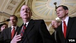 Ketua Minoritas Senat Mitch McConnell dari fraksi Republik (tengah) mengatakan ia dan Gedung Putih hampir mencapai kesepakatan yang bisa menarik dukungan kedua fraksi.