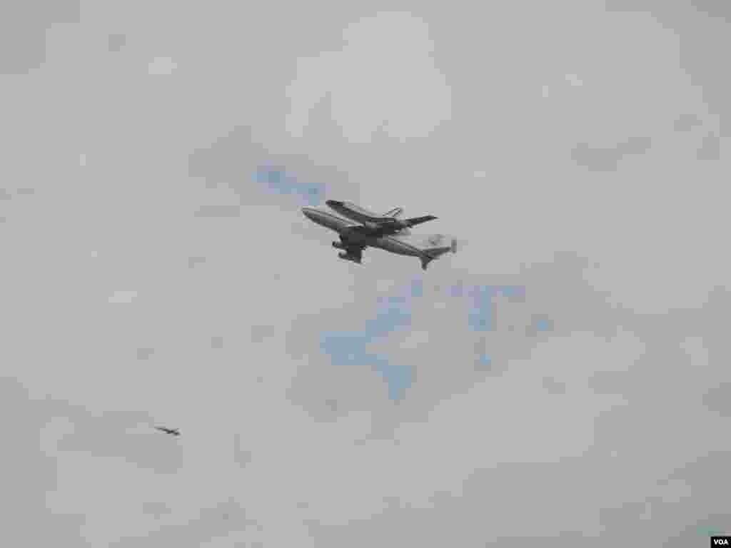 Pesawat ulang-alik Discovery di atas punggung pesawat Boeing 747 (foto: VOA/Brandon Garner).
