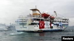 Турецкое круизное судно Mavi Marmara с пропалестинскими активистами и гуманитарной помощью для Газы на борту покидает порт Сарайбурну в Стамбуле. 22 мая 2010 г.
