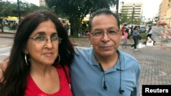 Pemilih AS keturunan Hispanik, Roger Luna dan temannya, Dolores Alvarez, berpose di San Antonio, Texas, 13 Okobert 2018.