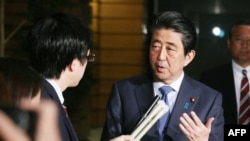 安倍晉三4月27日見傳媒時談及兩韓峰會。(法新社)