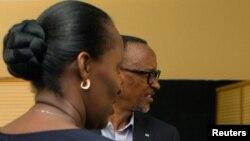 Le président sortant rwandais Paul Kagame, à droite, avec sa femme Jeannette dans un bureau de vote à Kigali, Rwanda, 4 août 2917.