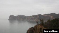 7일 오전 한국 인천시 백령도 천안함 위령탑에서 바라본 백령도가 황사에 뒤덮여 있다.