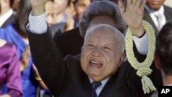 Cựu quốc vương Campuchia Norodom Sihanouk chào những người đến đón ông tại sân bay quốc tế Phnom Penh, 26/5/2006
