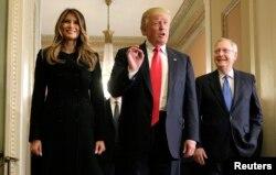 美国候任总统川普,参议员多数党领袖麦康奈尔和川普夫人在国会(2016年11月10日)