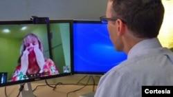 Diana Rae, de Terino, en Washington, le explica al médico sus síntomas en una consulta a través de Skype.