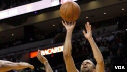 """Los jugadores de la NBA celebraron la Noche Latina vistiendo camisetas adaptadas al español como """"El Heat"""" y """"Los Spurs""""."""