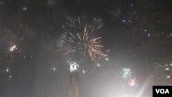 Langit Bundaran HI dipenuhi kembang api sebagai tanda bergantinya tahun 2013 menjadi 2014. (VOA/Andylala Waluyo)