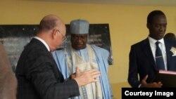 Le Premier ministre camerounais, Philemon Yang, au centre, et l'ambassadeur Smail Chergui, Commissaire de l'Union africaine (UA) pour la paix et la sécurité, à gauche, à l'inauguration de la base logistique de la Force africaine en attente (FAA) de l'Unio
