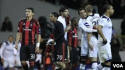 Pemain AC Milan Thiago Silva (kiri) dan Robinho tampak kecewa sementara para pemain Tottenham Hotspur merayakan keberhasilan melaju ke perempatfinal Liga Champions, setelah menang agregat 1-0 dalam pertandingan, Rabu, di London (9/3).