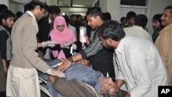 Пострадавший от взрыва в городе Равалпинди доставлен в больницу. Пакистан. 21 ноября 2012 г.