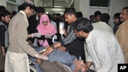 راولپنڈی میں دھماکے کے زخمی کو اسپتال منتقل کیا جا رہا ہے