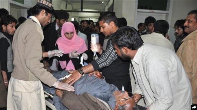 Petugas rumah sakit merawat seorang warga yang terluka akibat serangan bom bunuh diri di Rawalpindi, Pakistan (21/11). Pihak berwenang Pakistan berupaya memperketat keamanan menyusul laporan intelijen terkait kemungkinan serangan atas upacara Syiah selama bulan suci Muharam.