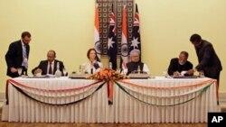 17일 인도 뉴델리에서 정상회담을 가진 호주의 줄리아 길러드 총리(가운데 왼쪽)와 만모한 싱 인도 총리(가운데 오른쪽).