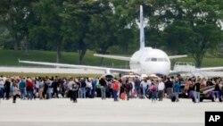 La gente se agolpó en la pista del aeropuerto de Fort Lauderdale, Florida, después que Esteban Santiago abriera fuego el vienres, 6 de enero, de 2017 en la terminal aeroportuaria.