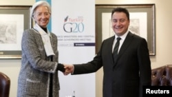 Turkish Deputy Prime Minister Ali Babacan (R) and International Monetary Fund (IMF) Managing Director Christine Lagarde shake hands before the G20 finance ministers and central bank governors meeting in Istanbul, Feb. 9, 2015.