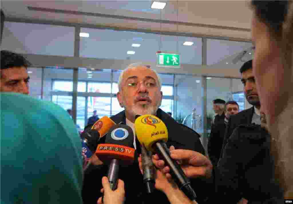 محمدجواد ظریف در بدو ورود به وین اتریش، یک مصاحبه کرد و گفت که امروز همه چیز حل می شود.
