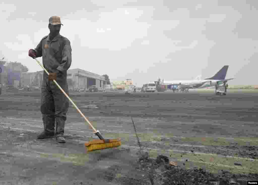ہوائی اڈے اور اس کے اردگرد کے علاقوں میں تلاشی کا عمل بھی جاری رہا۔
