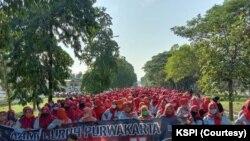 Buruh yang tergabung dalam KSPI melakukan aksi penolakan Undang-undang Cipta Kerja di Purwakarta, Jawa Barat pada 7 Oktober 2020. Pada 18 Mei 2021, mereka berencana melakukan turun ke jalan sebagai aksi solidaritas bagi Palestina. (Foto: Courtesy/KSPI)