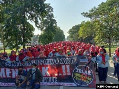 Buruh yang tergabung dalam KSPI melakukan aksi penolakan Undang-undang Cipta Kerja di Purwakarta, Jawa Barat pada Rabu (7/10/2020). (Foto: Courtesy/KSPI)