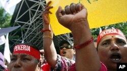 ບັນດາກໍາມະກອນ ພາກັນເດີນຂະບວນຮ້ອງໂຮ ໃນວັນກໍາມະກອນສາກົນ May Day ຮຽກຮ້ອງໃຫ້ມີການປັບປຸງ ຄ່າແຮງງານຢູ່ ກຸງ Kuala Lumpur, ປະເທດມາເລເຊຍ ວັນສຸກ ທີ 1 ເດືອນພຶດສະພາ 2012.