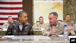 Президент США Барак Обама и генерал морской пехоты Джозеф Данфорд. Кабул. Афганистан. 25 мая 2014 г.