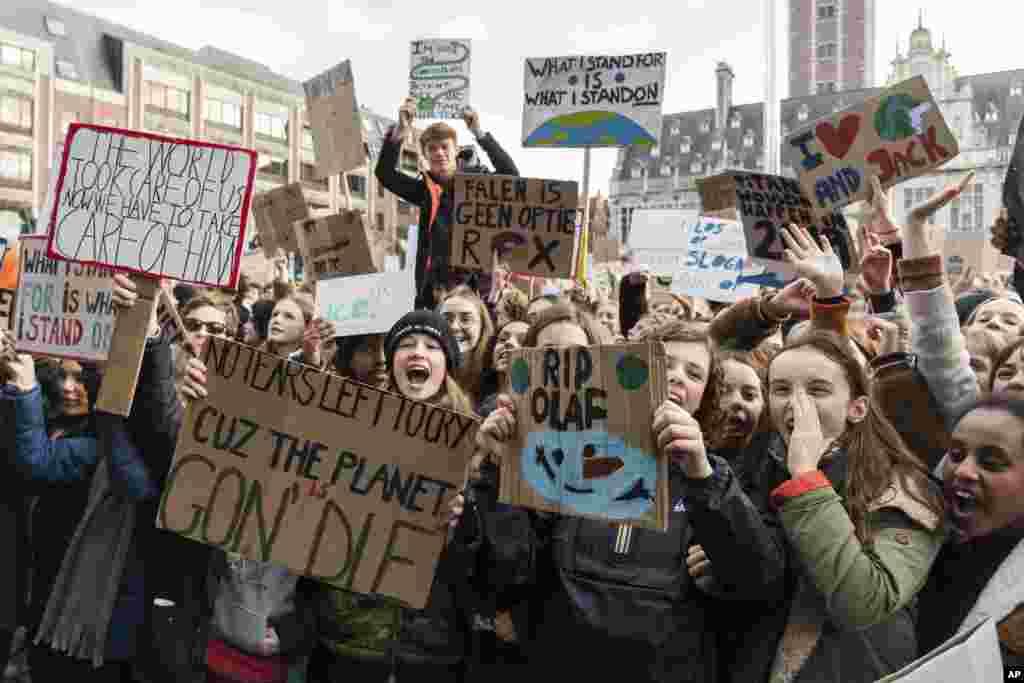 این معترضان در بلژیک خواستار توجه به تغییرات آب و هوایی هستند. آنها خواستار توجه وزیر محیط زیست این کشور به این موضوع هستند.