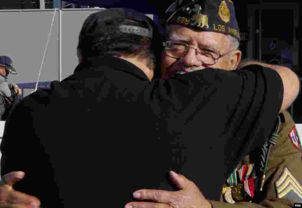 庆祝会上退伍军人热情拥抱(美国之音 国符拍摄)