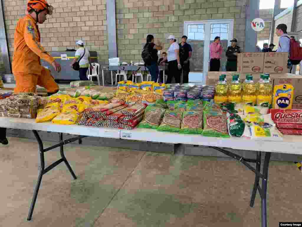 Aceite, harina, y lentejas están dentro de las cajas de ayuda humanitaria que envió USAID.