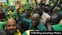 Dr. John Magufuli mgombea kiti cha rais wa CCM akingia ukumbi wa mkutano wa CCM
