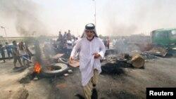 بصرہ میں مظاہرین نے ٹائر جلا کر سڑک بند کر رکھی ہے۔