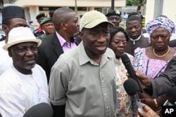 Le président Goodluck Jonathan (au c.) parle à la presse à Abuja (27 août 2011)