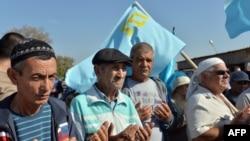 Ukrayna'yı Kırım'a bağlayan Çongar'da yolu kapatarak dua eden Tatarlar