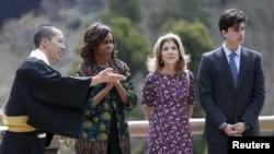 20일 캐롤라인 케네디 주일 미 대사(오른쪽 두번째)가 일본을 방문 중인 미셸 오바마 여사(왼쪽 두번째)와 함께 교토의 한 절을 방문했다.
