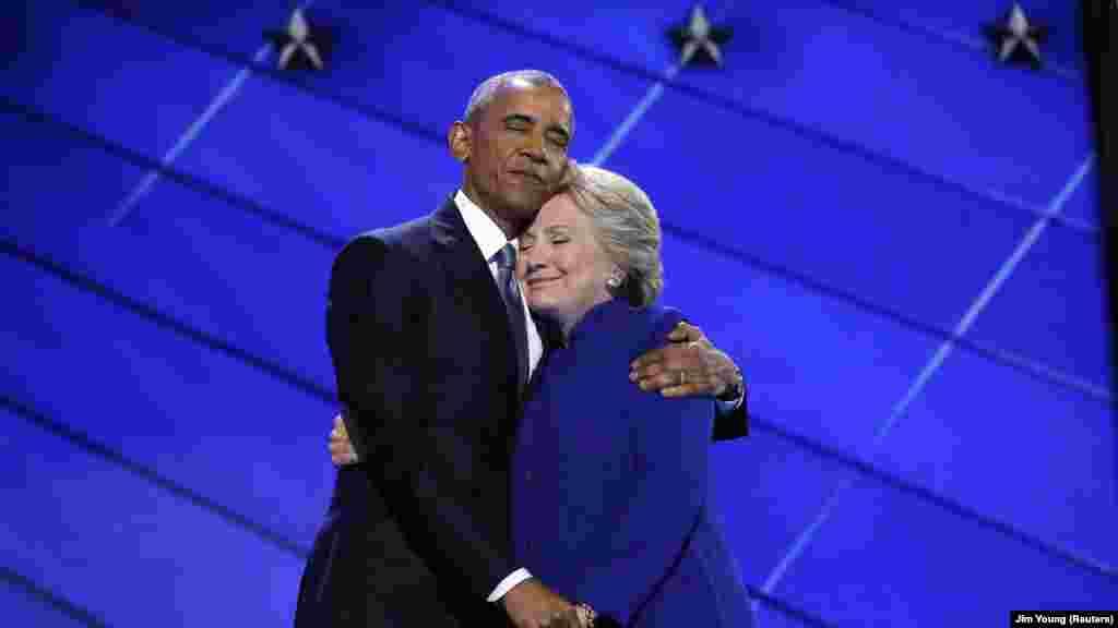 Un moment de communion entre Hillary Clinton et Barack Obama à la convention démocrate, à Philadelphie, 27 juillet 2016