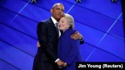 바락 오바마(왼쪽) 미국 대통령이 27일 펜실베니아주 필라델피아에서 진행된 민주당 전당대회 사흘째 일정에서 연설한 뒤 힐러리 클린턴 대통령 후보와 포옹하고 있다.