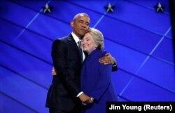 在美国民主党代表大会上,奥巴马总统发表演讲后,希拉里·克林顿出场,两人拥抱(2016年7月27日)