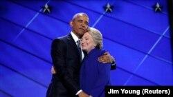 Presiden Obama dan Hillary Clinton setelah pidatonya, Rabu malam (27/7).
