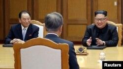 Kim Yong Chol a la izquierda del líder norcoreano durante conversaciones con Corea del Sur.