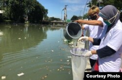 Pengambilan sample air sungai di Pegirian, Surabaya untuk mengetahui tingkat pencemaran (Foto: Ecoton)